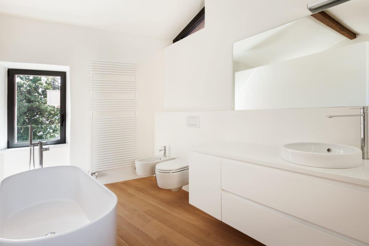badkamer op zolder met scheidingswand